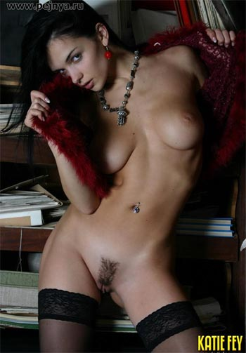 Посмотрите на горячий эротический фотосет молодой голенькой модели Кати Фей